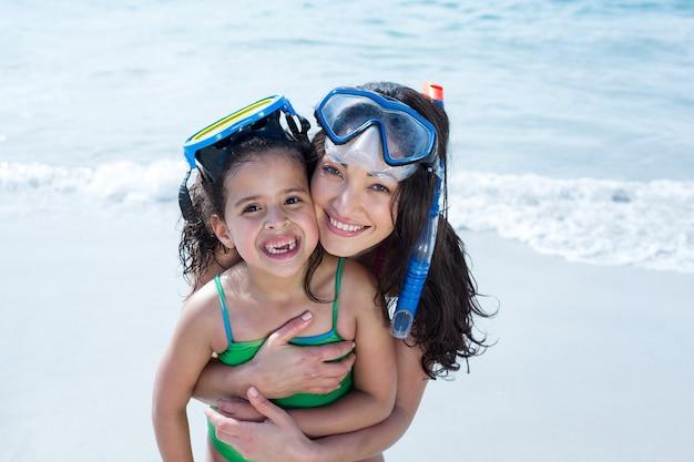 Matka i córka noszenie okularów do nurkowania na plaży