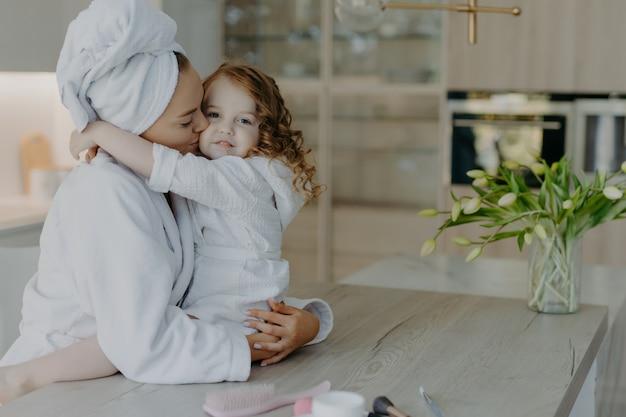 Matka i córka obejmują się i wyrażają sobie miłość