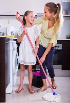 Matka i córka oczyścić w kuchni