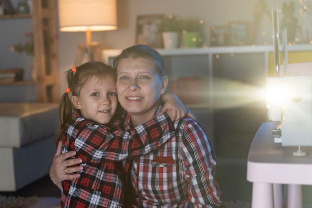Matka i córka oglądają stary film na retro projektorze filmowym w domu