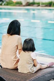 Matka i córka patrząc na basen