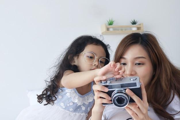 Matka i córka patrząc na piękne zdjęcia z aparatu