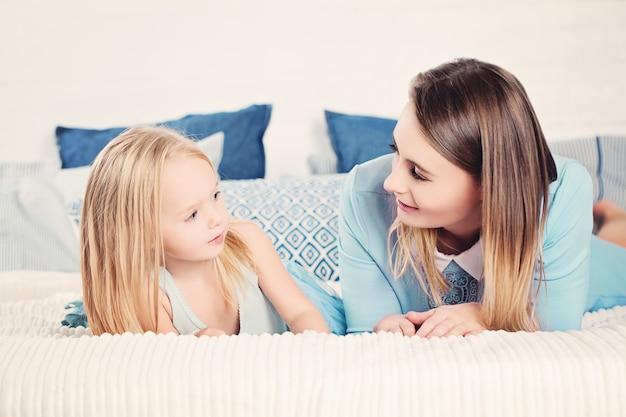 Matka i córka patrząc na siebie. szczęśliwa rodzina