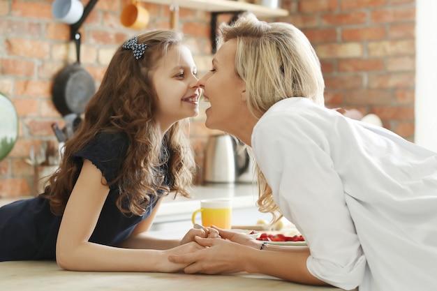 Matka i córka pocałunek eskimo, zwany także kunik, pocałunek w nos lub pocieranie nosa