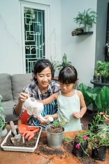 Matka i córka podlewania jej roślin