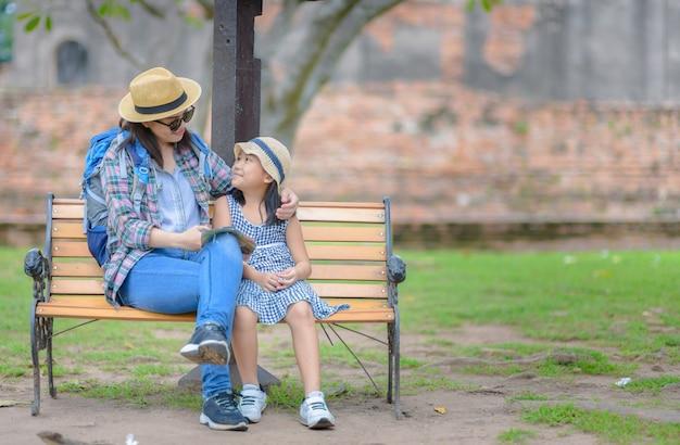 Matka i córka podróżujących razem