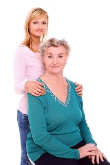 Matka i córka pozuje na bielu