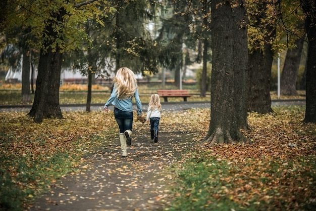 Matka i córka pracuje w parku
