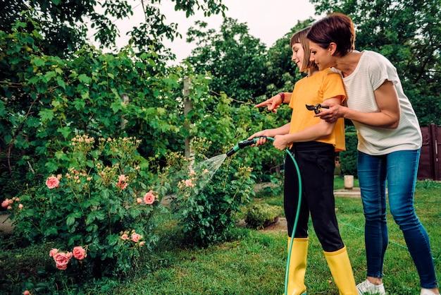 Matka i córka pracuje wpólnie w ogródzie