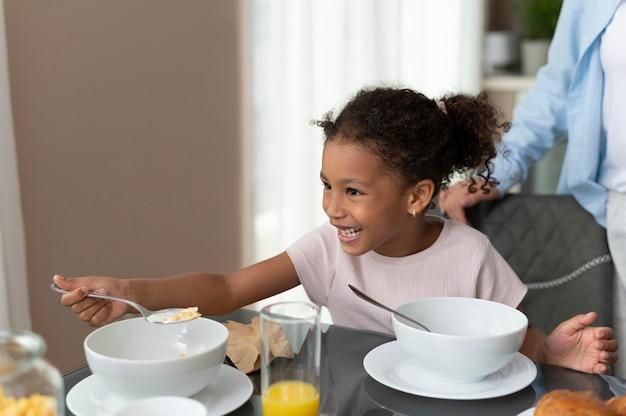 Matka i córka przebywają w kuchni