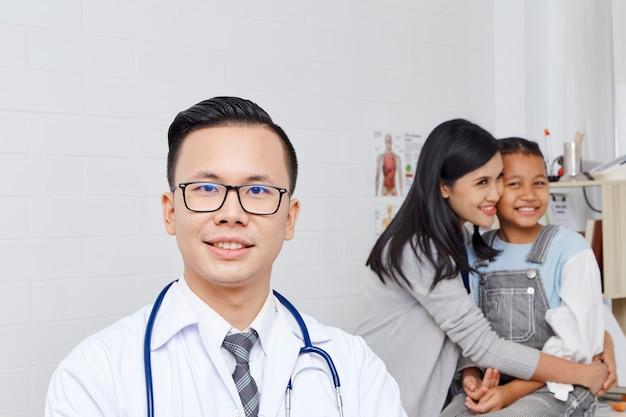 Matka i córka przychodzą do lekarza.
