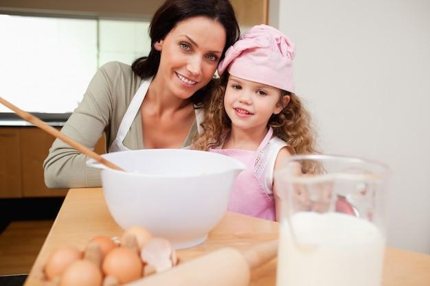 Matka i córka przygotowuje ciasto