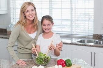 Matka i córka przygotowuje sałatkę razem