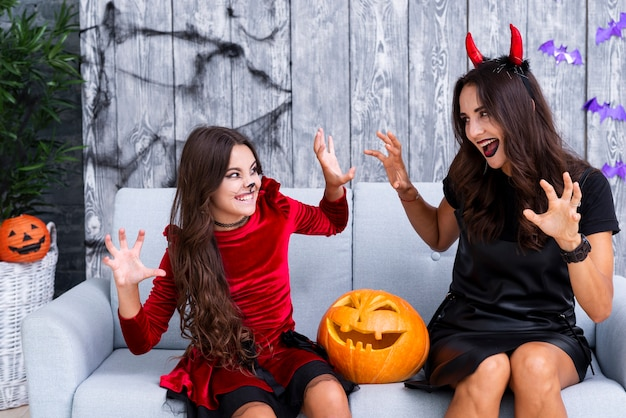 Matka i córka przygotowywający dla halloween