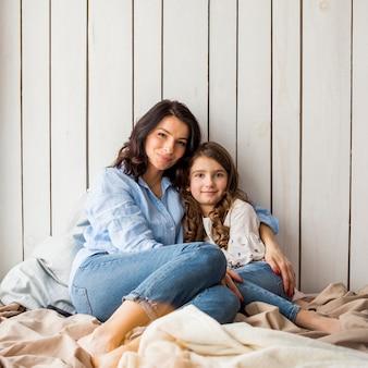 Matka i córka przytulanie na łóżku