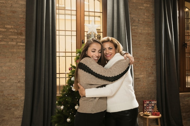 Matka i córka przytulanie się