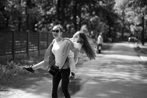 Matka i córka razem bawić się w parku