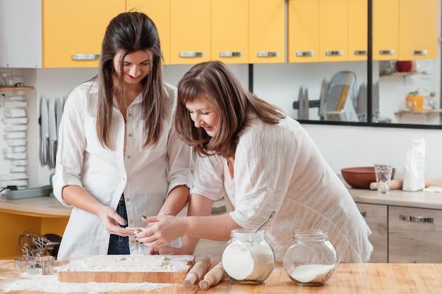 Matka i córka razem gotowanie w kuchni