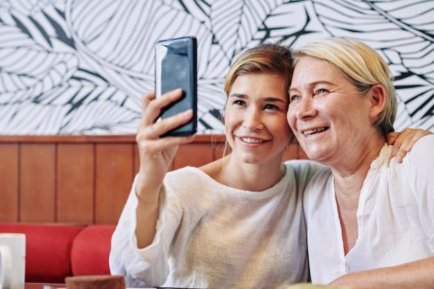 Matka i córka razem robią selfie