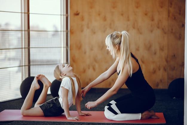 Matka i córka robi joga w studio jogi