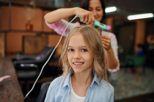 Matka i córka robią fryzury w salonie fryzjerskim