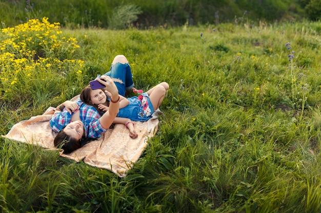 Matka i córka robią selfie na dywanie