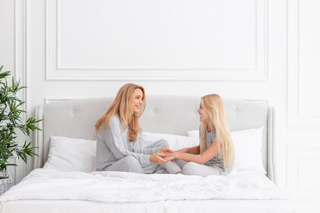 Matka i córka rozmawia w łóżku