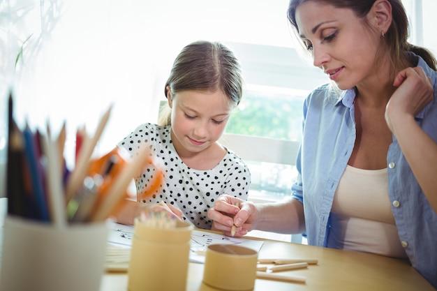 Matka i córka rysunek przy stole