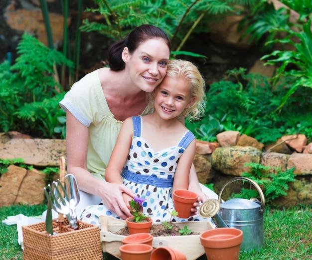Matka i córka sadzenia w ich ogrodzie