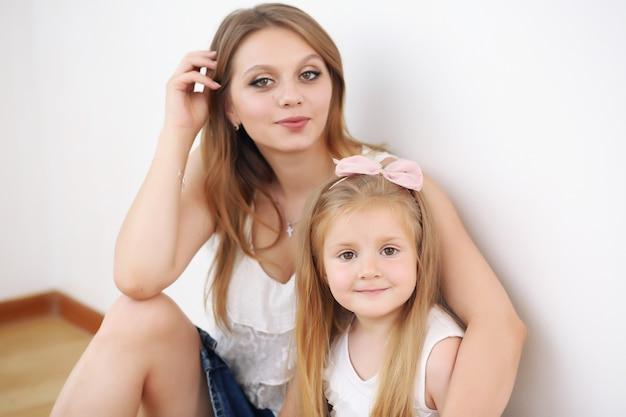 Matka i córka siedzi na podłodze