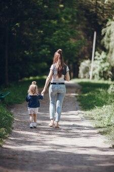Matka i córka spaceru na polnej drodze