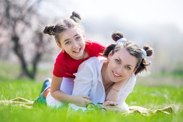 Matka i córka spacery po ogrodzie wiosną