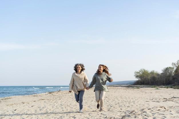 Matka i córka spędzają razem czas na plaży