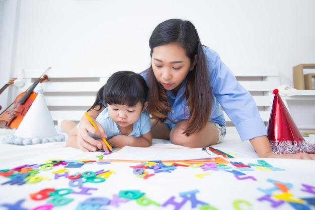Matka i córka studiuje alfabet