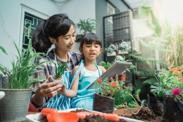 Matka i córka uczą się o roślinach
