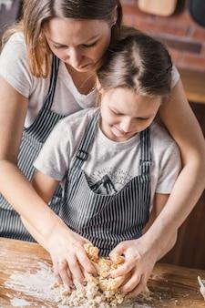 Matka i córka uczą się ugniatać