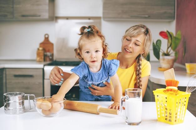 Matka i córka w domu gotowania