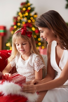 Matka i córka w domu na święta bożego narodzenia