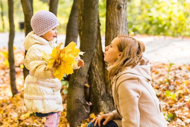 Matka i córka w jesiennym parku