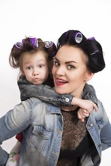 Matka i córka w lokówki do włosów