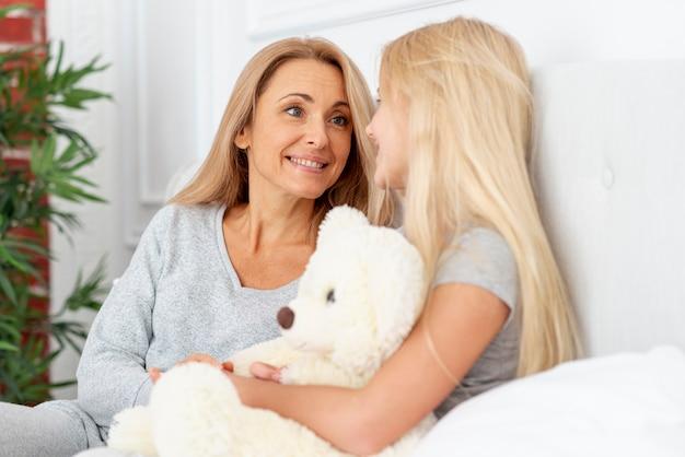 Matka i córka w piżamie i patrząc na siebie