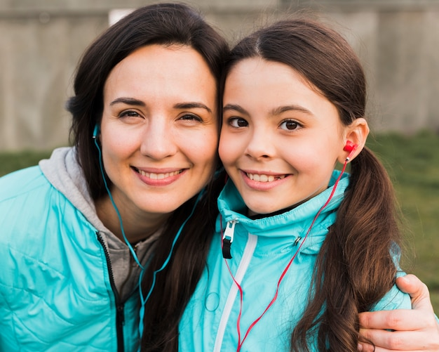 Matka i córka w sportowej uśmiecha się