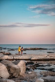 Matka i córka wędruje w starym kamieniołomie