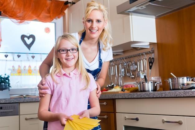 Matka i córka, wspólne gotowanie