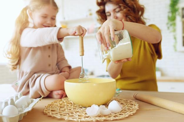 Matka I Córka Wspólnie Przygotowują Ciasto W Kuchni Premium Zdjęcia