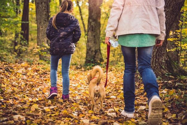 Matka i córka wycieczkuje w lesie