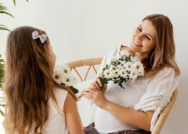 Matka i córka z bukietem wiosennych kwiatów