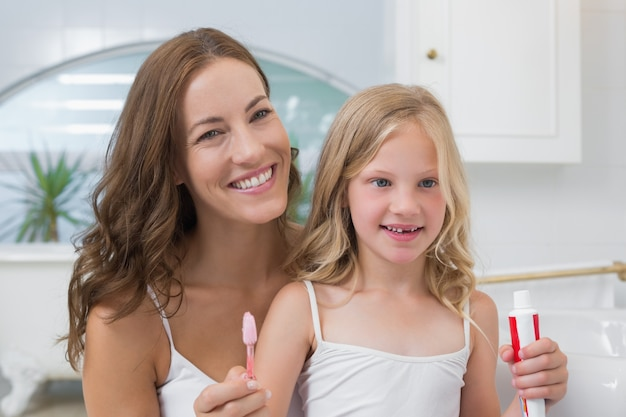 Matka i córka z szczoteczki do zębów i pasty do zębów