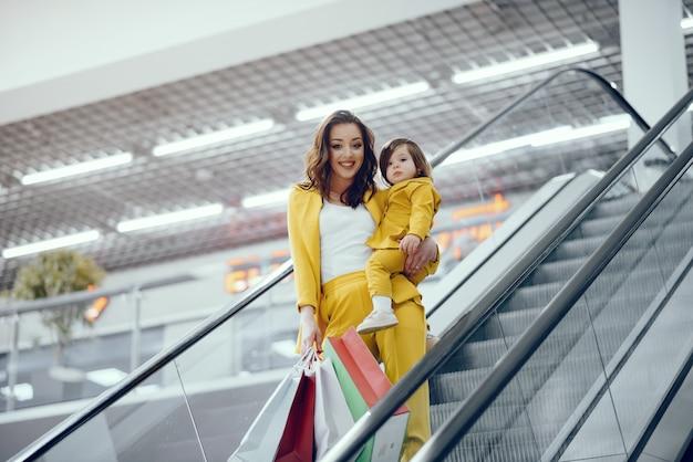 Matka i córka z torba na zakupy