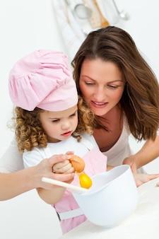Matka I Córka Zerwania Jaj Podczas Gotowania Premium Zdjęcia